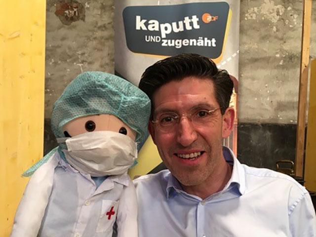 "Puppendoktor Marcel Offermann im ZDF bei ""Kaputt… und zugenäht"""
